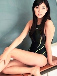 Saemi Shinohara shows sexy legs in bath suit in classroom